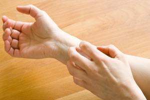 Зуд при заболеваниях печени сопровождается обычно пожелтением кожи.